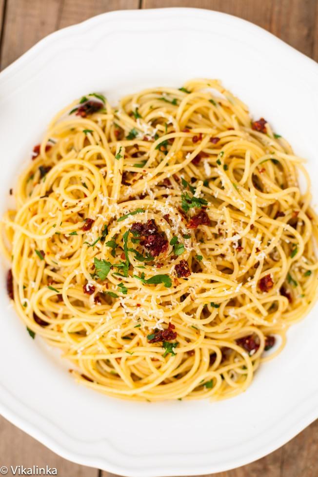 Spaghetti alla Siciliana (spaghetti with sun-dried tomatoes, garlic and parsley)
